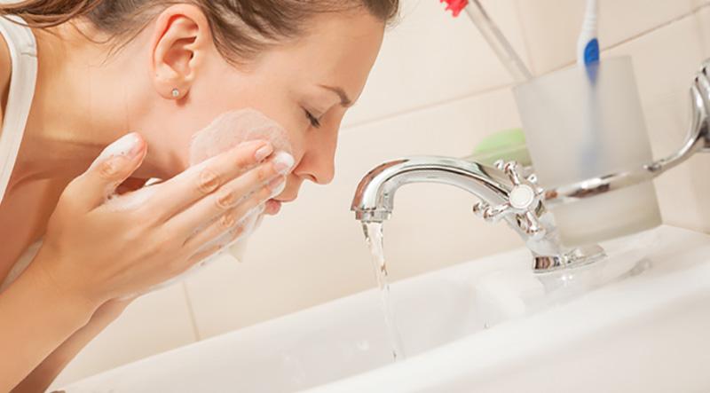 Nezeni Lavarse la cara y desmaquillarse